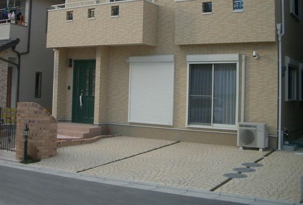駐車スペース全体をペーパーコンクリートで仕上げました。4
