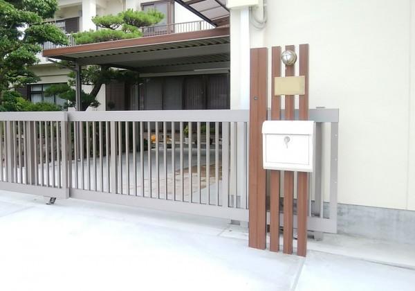 機能門柱 アルミ木調角柱に白いポストとブラス製のネームプレートとマリンランプ 4