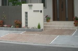 すっきりしたデザインの門柱。オープン外構Before・After6