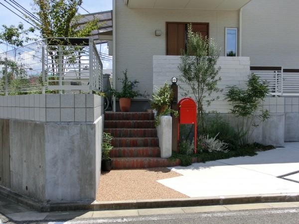 オリーブと赤いポストと白いスクリーンのおしゃれな外構 和歌山市1
