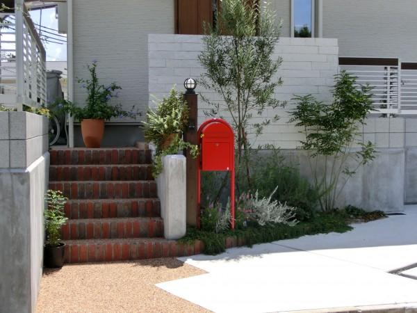 赤い郵便受けのセンスのいい外構 BOBI社 和歌山市1