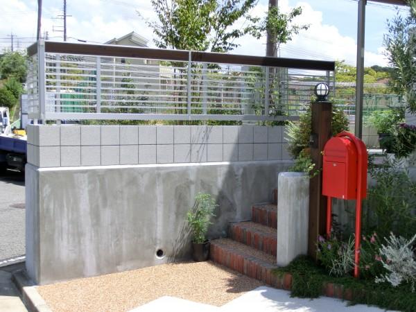 オリーブと赤いポストと白いスクリーンのおしゃれな外構 和歌山市4