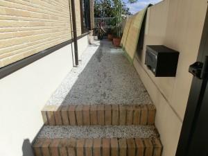 アプローチ改修工事 樹脂舗装からタイル貼りへ 紀の川市 3