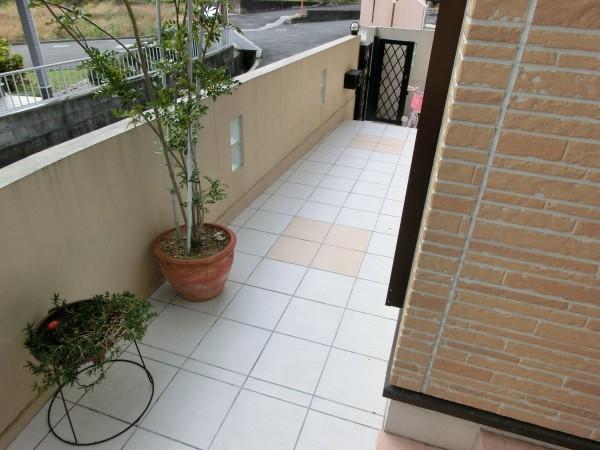 アプローチ改修工事 樹脂舗装からタイル貼りへ 紀の川市 1