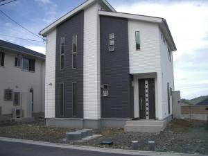 白い塗り壁の門柱に赤いポストが映えるセンスのいい外構 和歌山市3