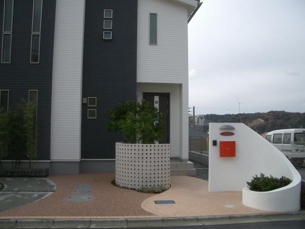 白い塗り壁の門柱に赤いポストが映えるセンスのいい外構 和歌山市7