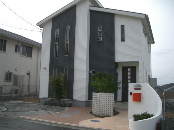 白い塗り壁の門柱に赤いポストが映えるセンスのいい外構 和歌山市4