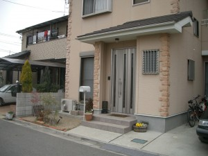 塗り仕上げの塀の高さを変えてリズム感を出しています。 和歌山市6