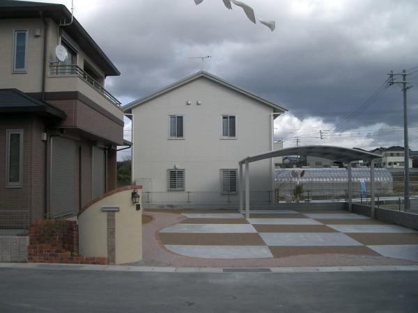 駐車スペースの土間コンクリートを市松模様にしてみました 紀の川市1
