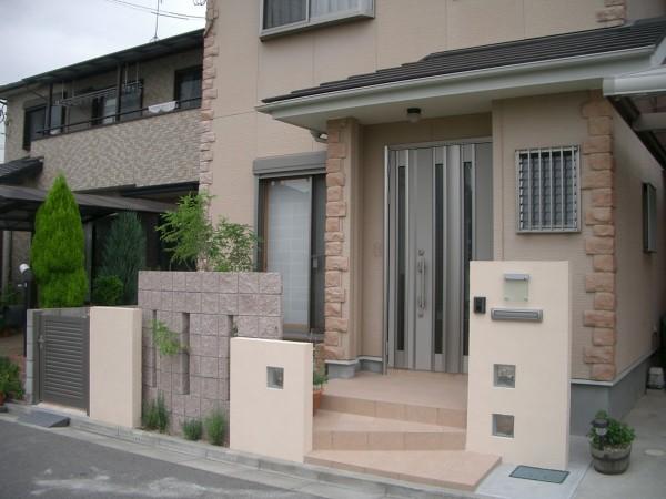 塗り仕上げの塀の高さを変えてリズム感を出しています。 和歌山市7