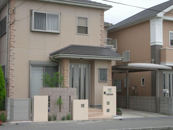 塗り仕上げの塀の高さを変えてリズム感を出しています。 和歌山市4