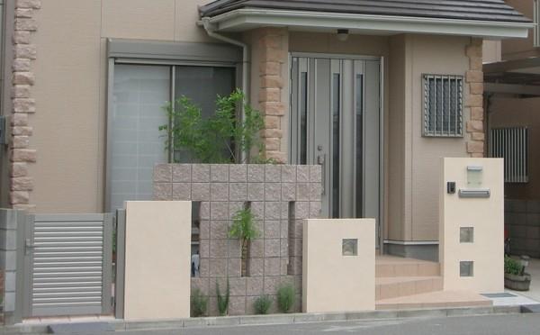 塗り仕上げの塀の高さを変えてリズム感を出しています。 和歌山市1