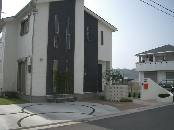 白い塗り壁の門柱に赤いポストが映えるセンスのいい外構 和歌山市1