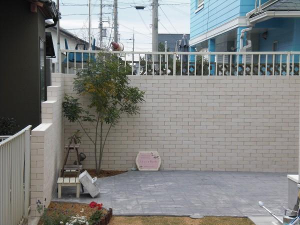 タイル貼りのスクリーン 土間はスタンプコンクリート 貝塚市1