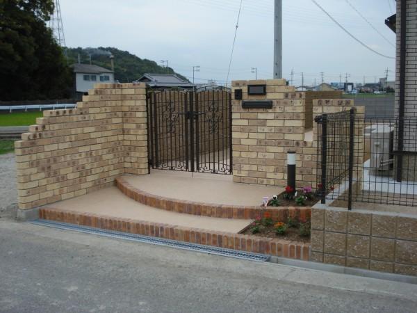 クローズタイプ外構プラン レンガ積の門柱がおしゃれです。 和歌山市4