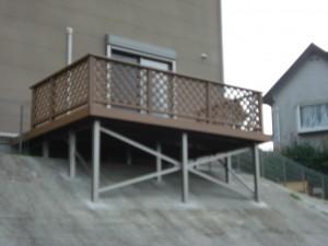 特殊納まりウッドデッキ 法面に束柱を延長・補強して組み立てています。 岩出市2