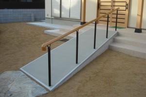 玄関ステップの階段をスロープにしました。 バリアフリーで手摺も取付 岩出市2
