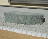 和室の掃出し窓に沓脱石 天然青石 岩出市