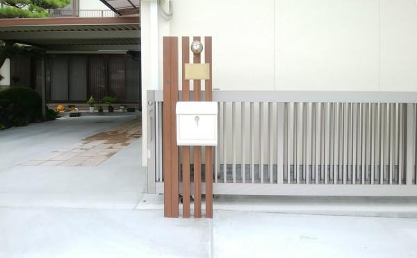 機能門柱 アルミ木調角柱に白いポストとブラス製のネームプレートとマリンランプ 1