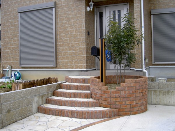 Rの階段 レンガの縁取り 乱形石貼り 海南市1