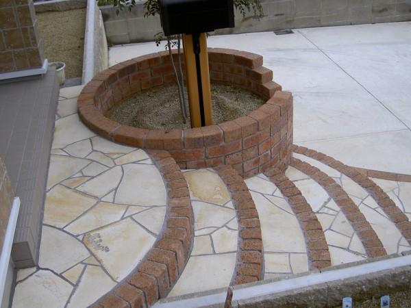 Rの階段 レンガの縁取り 乱形石貼り 海南市4