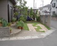 芝生とレンガの駐車場 芝生の駐車スペースにレンガを敷設。 岩出市
