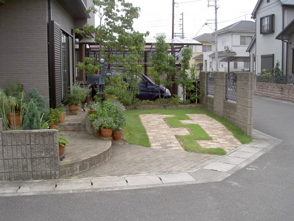 芝生とレンガの駐車場 芝生の駐車スペースにレンガを敷設。 岩出市1