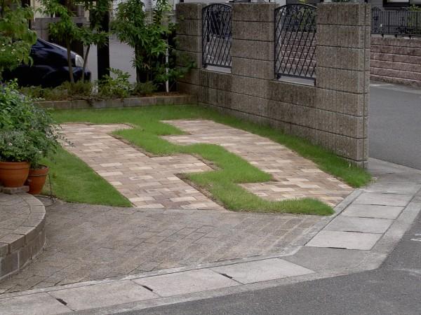 芝生とレンガの駐車場 芝生の駐車スペースにレンガを敷設。 岩出市4