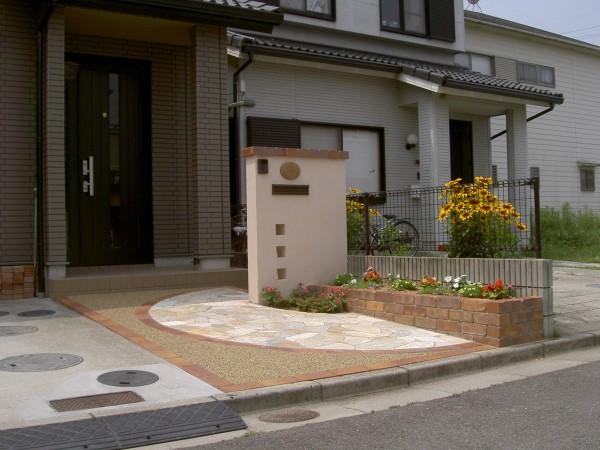 塗り門柱にレンガの植栽桝。1/2サークルがポイントのオープンタイプ外構1