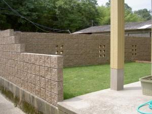 塗り門柱にレンガの植栽桝。1/2サークルがポイントのオープンタイプ外構3