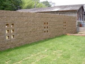 塗り門柱にレンガの植栽桝。1/2サークルがポイントのオープンタイプ外構2