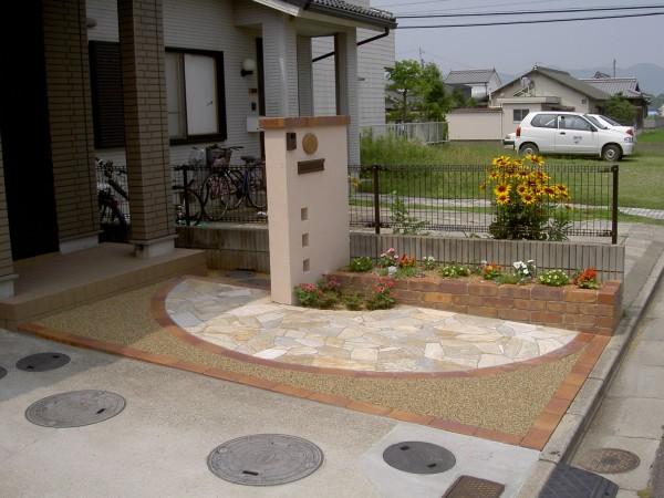 塗り門柱にレンガの植栽桝。1/2サークルがポイントのオープンタイプ外構4