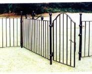 おしゃれな庭の仕切りにアイアン製フェンス。