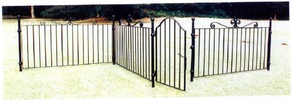 おしゃれな庭の仕切りにアイアン製フェンス。1